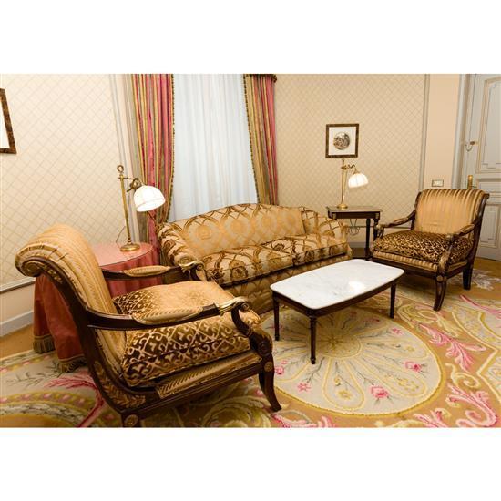 Canapé, 87x184x87 cm, table basse à dessus marbre (fêlé), 40x100x52 cm, paire de rideauxSofa, mesa de centro y cortinas