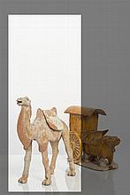 CHINE - Epoque TANG (618-907) Statuette de chameau debout à l'arrêt en terre cuite à traces de polychromie avec tapis de selle amovibl