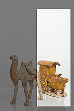 CHINE - Epoque TANG (618-907) Statuette de buffle tirant un chariot posé sur une terrasse en terre cuite émaillée brune