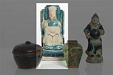 CHINE - Époque MING (1368-1644) Statuette de Zhenwu assis sur son trône en porcelaine émaillée bleu turquoise, les mains cachées dans l