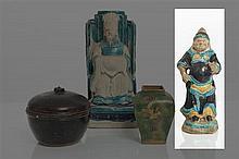 *CHINE - Époque MING (1368-1644) Statuette de gardien debout en grès émaillé turquoise, manganèse et jaune.