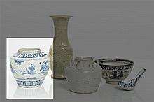 CHINE - Époque MING (1368-1644) Pot en porcelaine décorée en bleu sous couverte de lettrés et jeunes femmes sur une terrasse, l'épaule