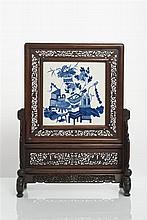 CHINE - Époque KANGXI (1662-1722) Écran de forme carrée en porcelaine décorée en bleu sous couverte de sujets mobiliers et vases fleuri