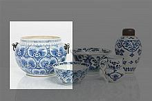 *CHINE - Époque KANGXI (1662-1722) Jardinière de forme balustre en porcelaine décorée en bleu sous couverte de trois rangs de chrysanth