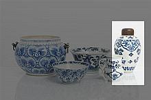*CHINE - Époque KANGXI (1662-1722) Pot à haute panse en porcelaine décorée en bleu sous couverte de fleurs et feuillages stylisés, l'é