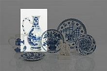 *CHINE - Période Transition, XVIIe siècle Verseuse en porcelaine décorée en bleu sous couverte d'un lettré et ses deux serviteurs su..