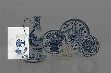 *CHINE Époque KANGXI (1662-1722) Petite verseuse de forme balustre en porcelaine décorée en bleu sous couverte de sujets mobiliers, liv