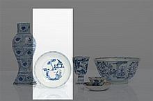 CHINE - Epoque KANGXI (1662-1722) Coupe en porcelaine décorée en bleu sous couverte de trois lettrés sur une terrasse. Au revers de ...