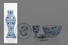 CHINE - Epoque KANGXI (1662-1722) Potiche balustre de forme rectangulaire en porcelaine décorée en bleu sous couverte de plumes de paon