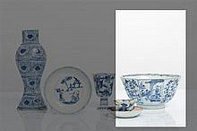 CHINE - Epoque KANGXI (1662-1722) Bol de forme octogonale en porcelaine décorée en bleu sous couverte de médaillons de jeunes femmes...