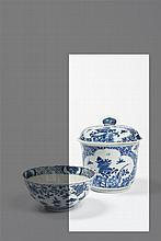 CHINE - Epoque KANGXI (1662-1722) Pot couvert en porcelaine décorée en bleu sous couverte de médaillons polylobés ornés d'insectes e..
