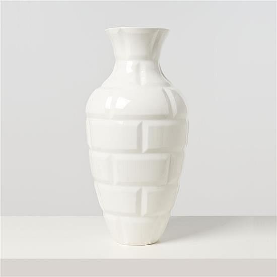 Naoto Fukasawa (1956) Métro Vase Porcelaine de Sèvres Date de création : 2010 H 50 × Ø 25 cm