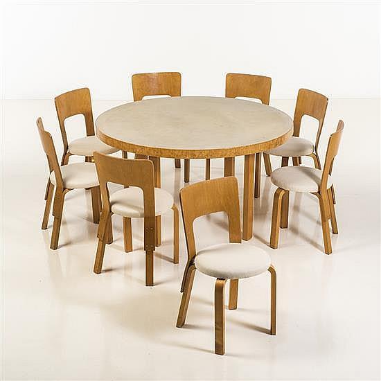 Alvar aalto 1898 1976 table et huit chaises for Chaise alvar aalto