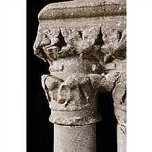 Chapiteau double en marbre gris de Saint-Béatreposant sur deux colonnes et une base, pouvant