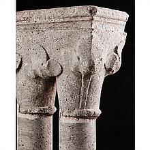 Chapiteau double en marbre gris de SaintBéat reposant sur deux colonnes et une base.Corbeille à décor de larges feuilles à trois lobes