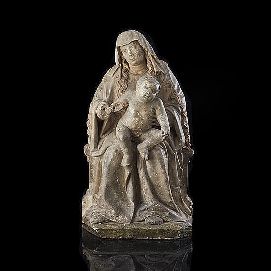 Vierge à l'Enfant en pierre calcaire sculptée.Assise sur un banc-trône, Marie présente son