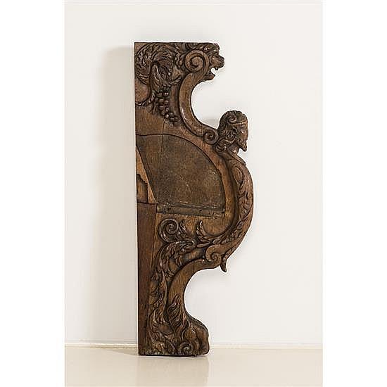 Jouée de stalle en chêne sculpté en fort relief.Face extérieure et face intérieure à décor de