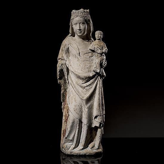 Vierge à l'Enfant en pierre calcaire sculptéeen ronde-bosse avec restes de polychromie.