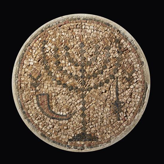 Mosaïque en pierre et marbre de forme circulaire représentant une menorah, chandelier à sept branches, tesselles de couleur blanche,...