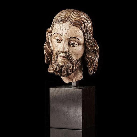 Tête de Christ ou de Saint en bois sculpté etpolychromé. Légèrement inclinée sur la droite