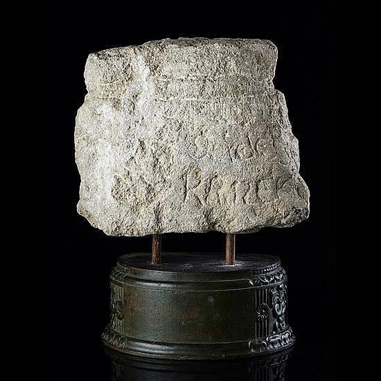 Partie supérieure d''une stèle, ex-voto, en pierre calcaire sculptée en bas-relief représentant une tête de femme stylisée