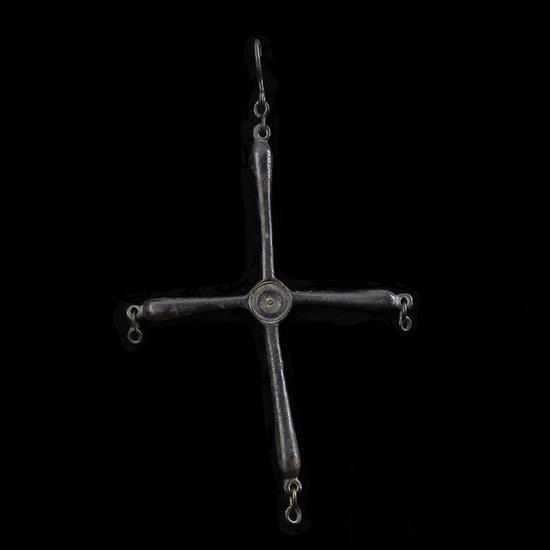 Croix de couronne de lumière en bronze ; bras en forme de balustre renfl et intersection creusée d'un ombilic ; extrémité des branch...