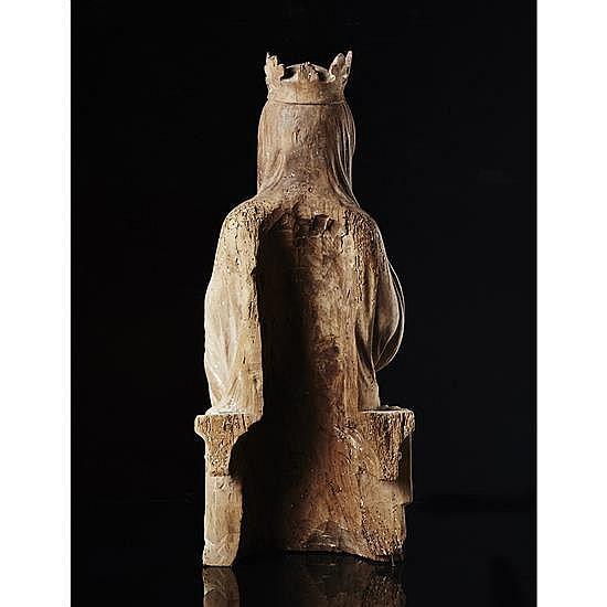 Vierge à l'Enfant assise en noyer sculpté avecrestes de polychromie, dos évidé. Le buste bien