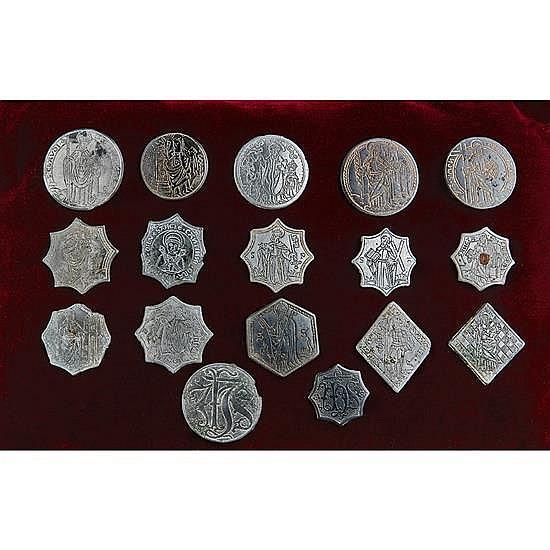 Rare ensemble de dix-sept boutons-enseignes en bronze étamé à décor gravé : six de forme ronde, un hexagonal, huit de forme octogona...