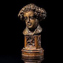 Tête d'ange en pierre calcaire dur et fi sculptéeen quasi ronde-bosse avec infies traces de