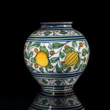 Grand vase boule en faïence polychrome (vert, jaune, orange, bleu) sur fond blanc ; décor sur trois registres : à la partie inférieu...