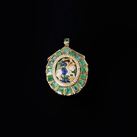 Pendentif reliquaire en forme de coquille SaintJacques en or ciselé et émaillé avec dix-septcabochons d'émeraude, émaux blanc, vert,...