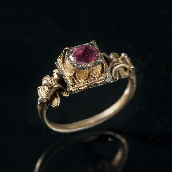 Bague en argent doré sertie d'un rubis