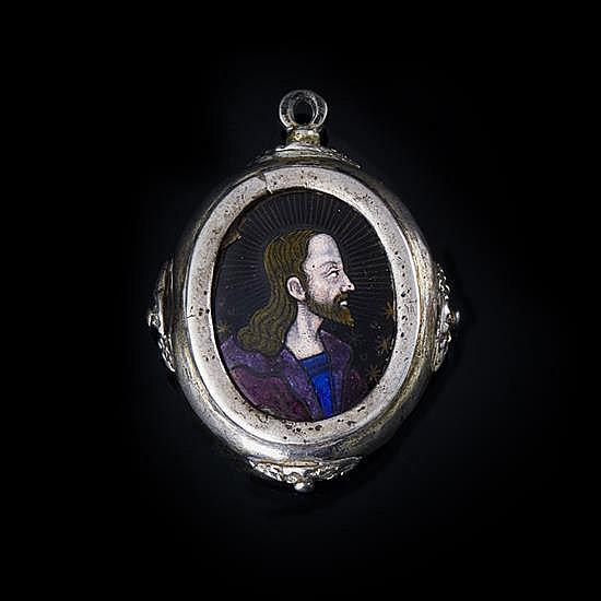 Médaillon reliquaire de forme ovale orné surune face d'un émail peint polychrome avec