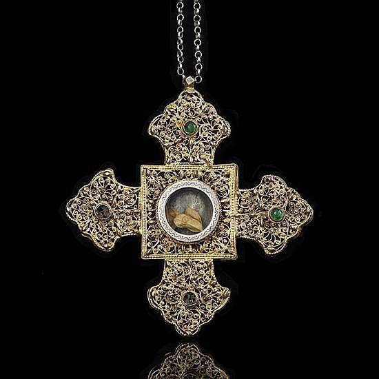 Croix pectorale en argent doré à décor de fiigranes. Branches en forme de fluron etlarge intersection carrée. Face : au centre, grand