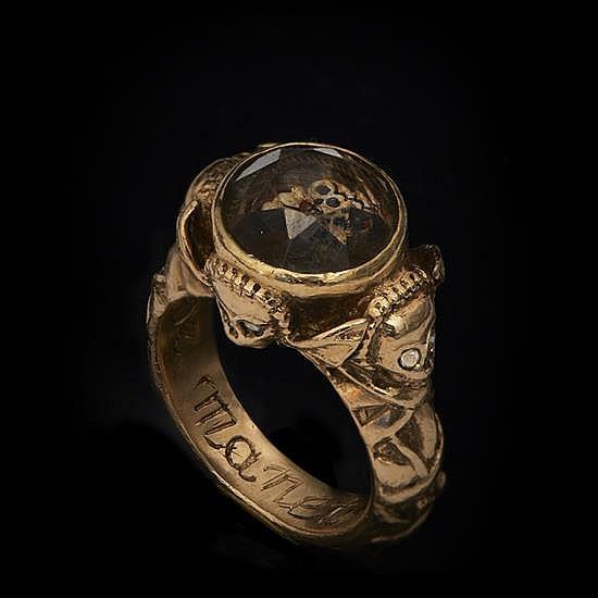 Bague memento mori en or ciselé, gravé etémaillé, cristal de roche, diamants, cheveux.