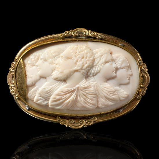 Camée de forme ovale en coquille à décor de cinq profis, trois tournés vers la gauche, deux hommes barbus et une femme, deux tournés...