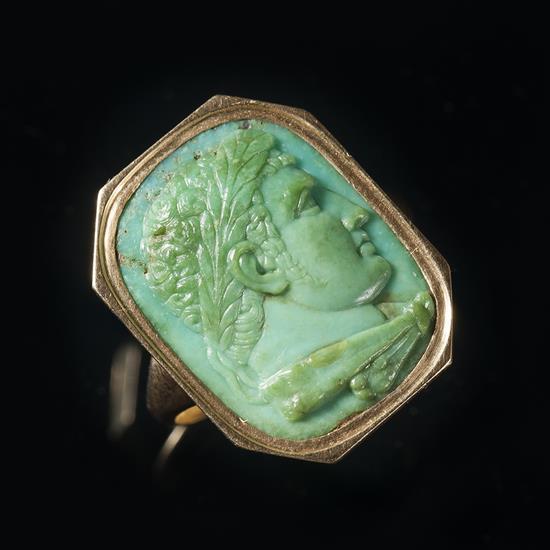 Bague en or sertie d'un camée en turquoise représentant le profi d'Hercule jeune tourné vers la droite