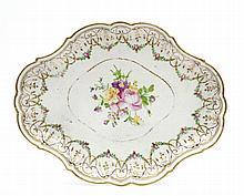 Paris Plateau ovale à bord contourné à décor polychrome au centre d'un bouquet de fleurs et sur le bord de rinceaux feuillagés et...