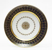 Paris Assiette à décor en or au centre d'une rosace cernée d'une guirlande de feuilles, l'aile décorée de fleurettes et rinceaux e...
