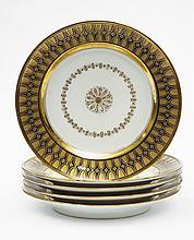 Paris Suite de cinq assiettes à décor en or d'une rosace au centre cernée d'une guirlande de fleurettes, l'aile décorée d'oves et...