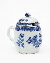 Chine Moutardier couvert en forme de baril à décor en bleu sous couverte de bouquets de fleurs et galons