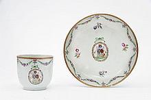 Chine Tasse et sous-tasse en porcelaine blanche dite de commande décorée en émaux polychromes de la famille rose des armoiries d'a...