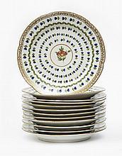 Paris Suite de douze assiettes à bord contourné à décor polychrome au centre d'une fleur dans un médaillon circulaire cerné de fleur...