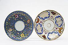 Paris Deux soucoupes l'une à décor polychrome de papillons et rinceaux rocaille autour de réserves à motifs de treillage or, l'autre...