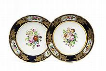 Paris Paire d'assiettes à bord contourné à décor polychrome au centre d'un large bouquet de fleurs et sur l'aile de trois bouquets d...