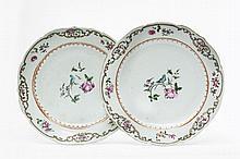 Chine Deux assiettes à bord contourné à décor polychrome des émaux de la famille rose au centre d'une perruche posée sur une rose, m...