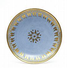 Sèvres Soucoupe à décor en or de frise de feuillage sur fond bleu agate. Marqué en rouge : Manuf