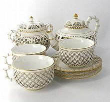 Sèvres Partie de service réticulé chinois comprenant une théière couverte, un pot à sucre couvert, trois tasses et trois soucoupes, ...