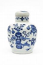 Chine Petit vase couvert à décor en bleu sous couverte d'objets précieux et vases fleuris