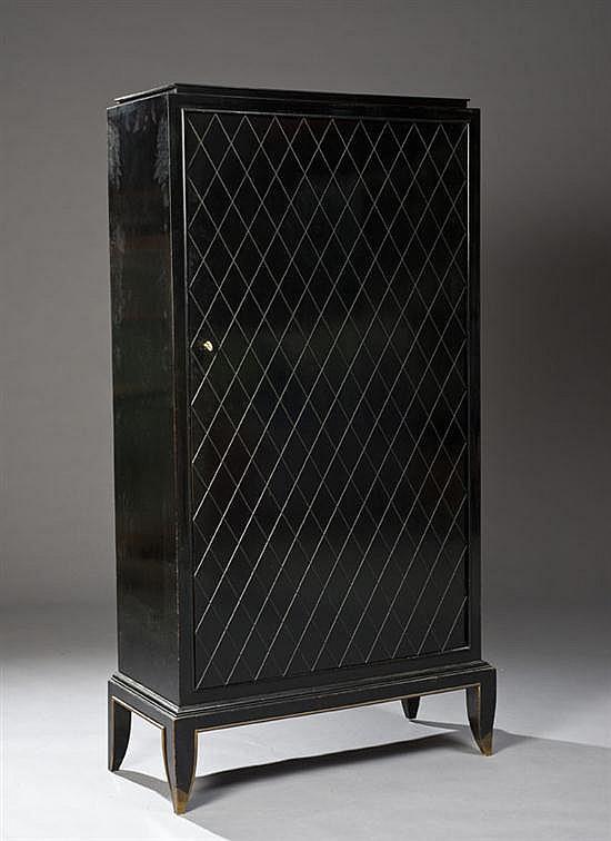 Jean PASCAUD (1903-1993) Armoire en bois laqué noir ouvrant par deux portes à décor géométrique de losanges reposant sur un piètement d